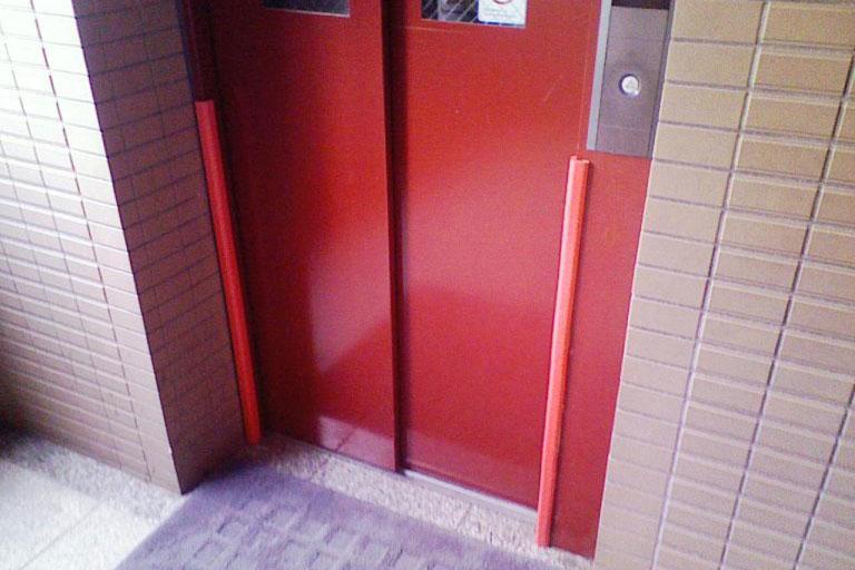 エレベーター入口の角