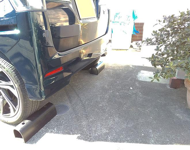 駐車スペースに置かれたカーストップ