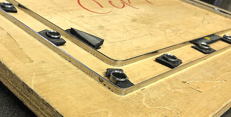 ゴムシートを加工する金型