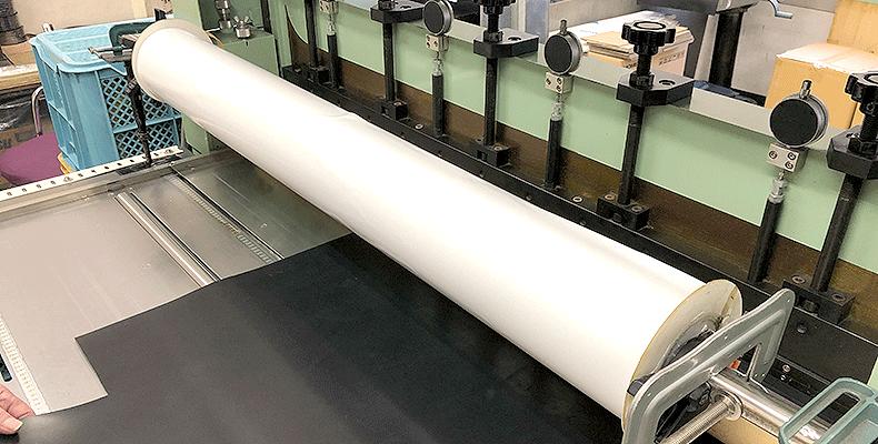ゴムシートは両面テープをつけることが可能です。