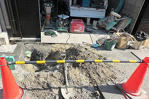ゴムマットで工事現場の歩行者専用の足場確保に